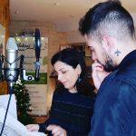 Hombre recibiendo una sesión de vocal coaching en la grabación de una cancion