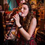 Cantante profesional en concierto, alumna de natural voice sevilla